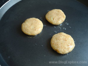 frying tikkis for aloo tikki recipe