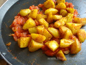 adding fried potatoes for tawa aloo